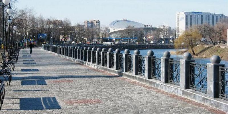 В центре Харькова 18-летний парень сбросил гранитный шар в реку: сеть кипит от возмущения (видео)