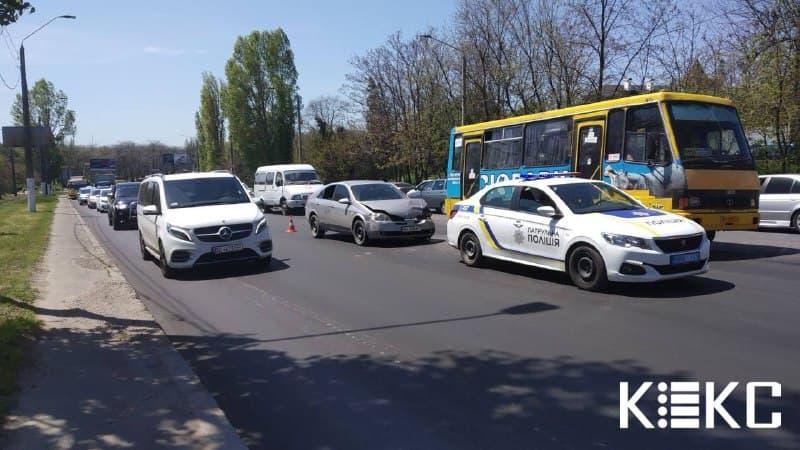 В спальном районе Одессы столкнулись два автомобиля